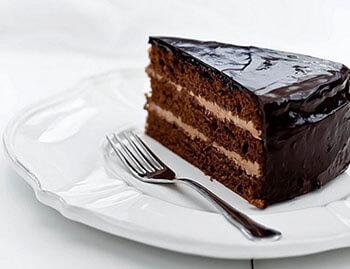 пражский торт с шоколадной глазурью и сгущенкой