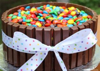 украшаем торт с конфетами