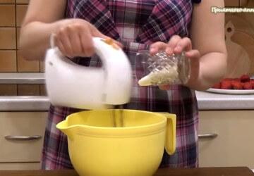 3) добавляем 50 грамм сахара и взбиваем