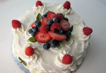 торт украшеный сметанным кремом и фруктами