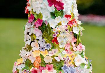 украшаем торт живыми цветами