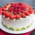украшение торта клуюникой и малиной