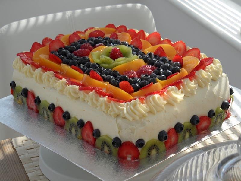 Торты украшены фруктами фото