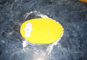 16 мастикой сделаем уголки, держащие бока торта