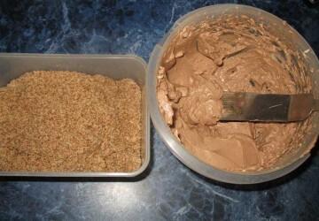 4 остатки бисквита измельчаем и смешываем с кремом