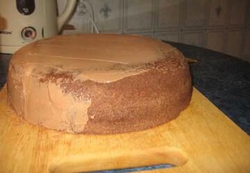 8 выравниваем шоколадным кремом под мастику, в холодильник на 30 мин
