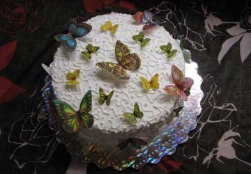 декорируем торт бабочками из вафли