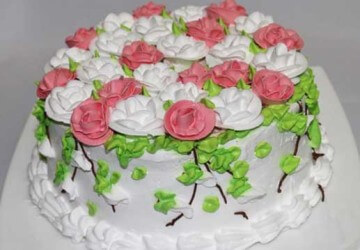 торт украшенный сливочным кремом