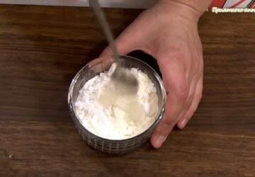 6) к 50 гр просеяной муки добавляем 25 гр крахмала и чайную ложку разрыхлителя