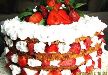 простое украшение торта ягодами