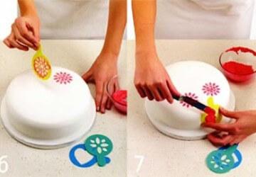 процесс украшения торта трафаретом