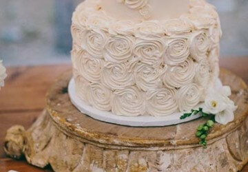 свадебный торт украшенный с кремом