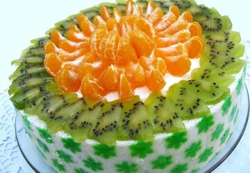 украшаем торт апельсином и киви