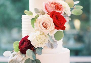 украшаем торт разноцветными цветами