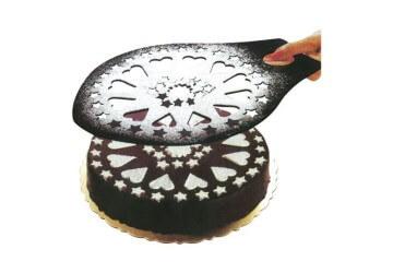 украшаем торт с трафаретом