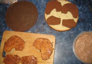 2 нарезаем бисквитный корж и мажем карамельным соусом