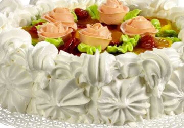 красиво украшенный торт сливками