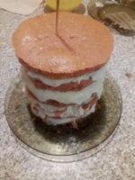 Коржи смазанные кремом на тарелке