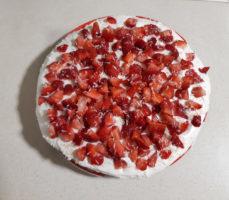 Торт с кремом украшенный клубникой