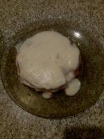 Тортовый корж на тарелке с кремом