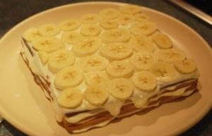 На столе торт из печенья на скорую руку с бананом