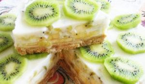 Торт из печенья на скорую руку с киви тарелке лежит торт из печенья на скорую руку с киви