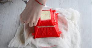 Красная закрытая пасочница творожной пасхи