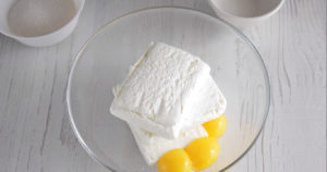 Масло с творогом и яйцами с сахаром для творожной пасхи